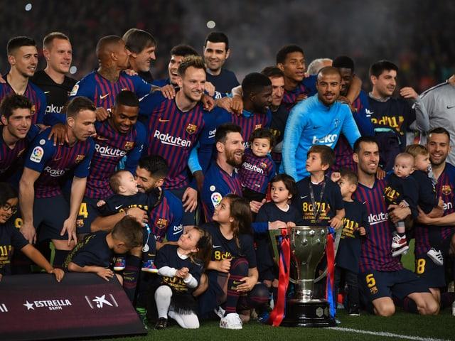 Die Spieler posieren mit dem Pokal