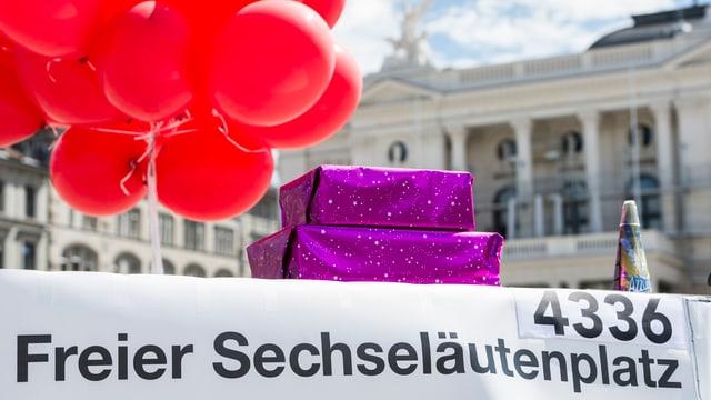 "Plakat mit der Aufschrift ""Freier Sechseläutenplatz"", Ballone"