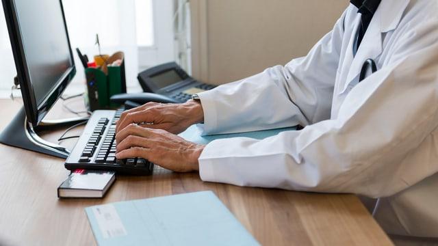 In medi scriva vid il computer.