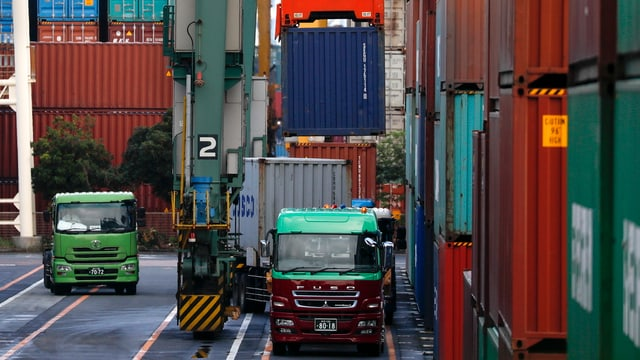 Lastwagen und Container.