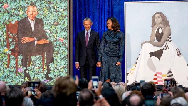 Barack und Michelle Obama und ihre Porträts.