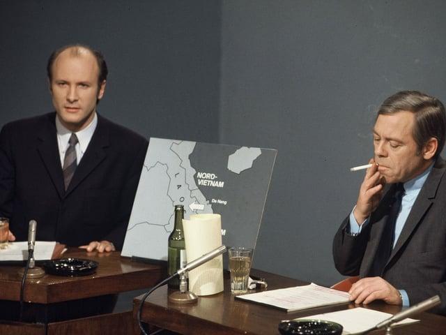Rundschau-Moderatoren rauchend im Studio, 1971.