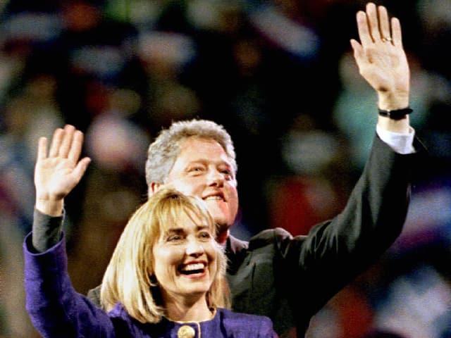 Hillary und Bill Clinton während einer Wahlfeier. Sie jubeln der Menge zu.