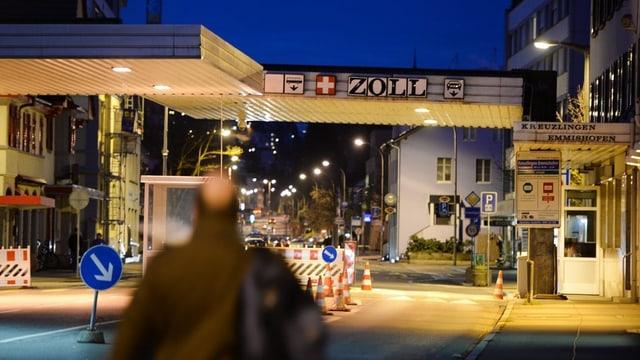 Mann geht bei Konstanz über die Grenze