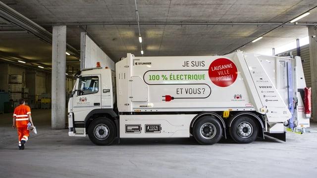 lastwagen von der Seite mit Aufschrift zu Elektrostrom.