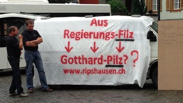 Mit einem Transparent protestiert der unterlegene Bieter gegen die Urner Regierung.
