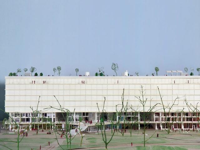 Das Gebäude für Gastronomie und Kultur ist ein langgezogener Bau.