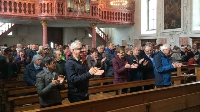 Applaus für ihren Pfarrer: Das Bürgler Kirchenvolk nach der Ansprache von Wendelin Bucheli.