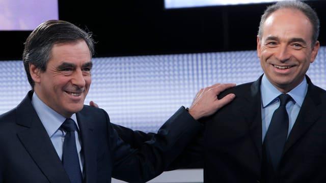 Lachende François Fillon (links) und Jean-François Copé halten sich an der Schulter.