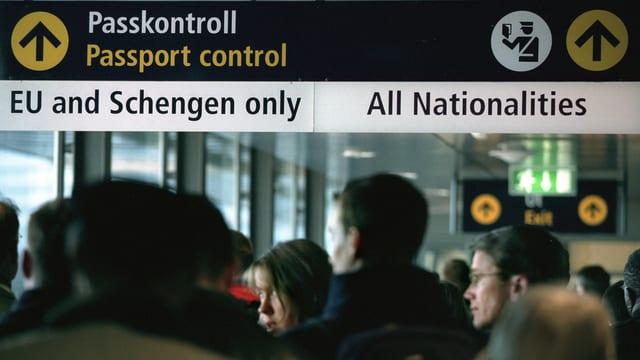 Passkontrollschild an einem Flughafen, Trennung des Passagiere in «Schengen only» und «All Nationalities».