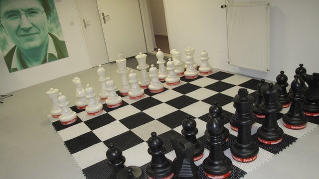 Grosse Schachfiguren stehen auf dem Boden.