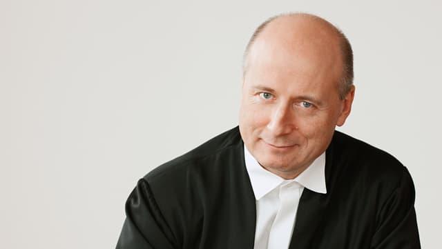 Der Dirigent in weissem Hemd und schwarzem Jackett