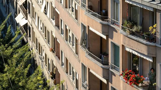 Eine Häuserzeile mit mehreren Balkons.