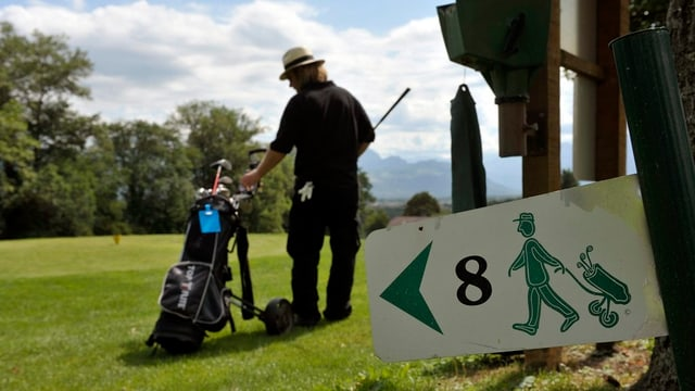 Ein Mann spielt Golf auf einem Golfplatz.