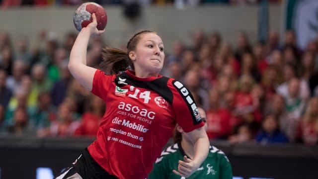 So geht ein Sprungwurf: Corina Michelle Schmied von den DHB Rotweiss Thun in Aktion