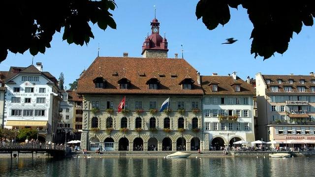 Das Luzerner Rathaus am Ufer der Reuss.