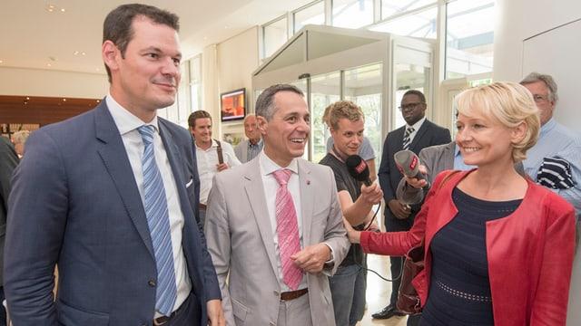 FDP-Politiker Pierre Maudet, Ignazio Cassis und Isabelle Moret bei einem Gespräch.