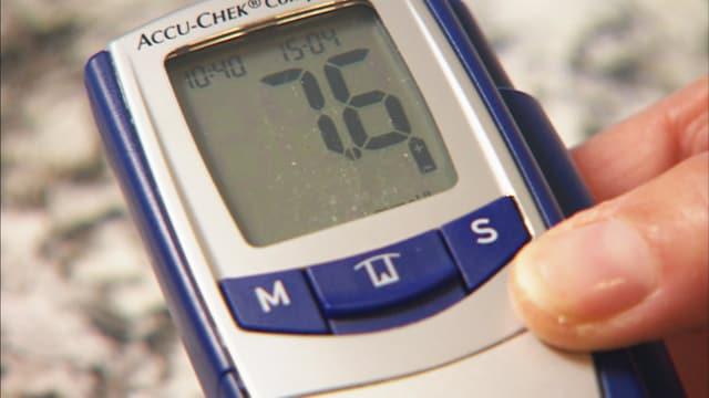 Eine Zuckermessgerät zeigt einen Blutzuckerwert an.