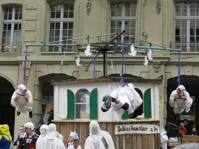 Das Bild zeigt einen selbst gebastelten Taubenschlag an der Berner Fasnacht.
