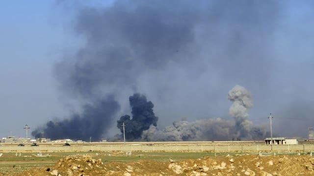 Von IS-Stellungen in Irak steigt Rauch in den Himmel.