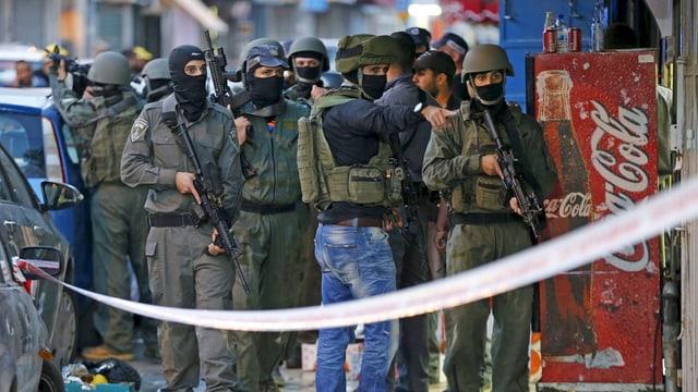 Mehrere bewaffnete Polizisten in Jerusalem