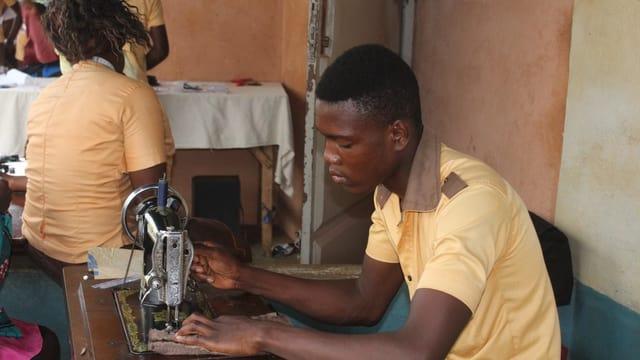 Ein Mann an einer Nähmaschine