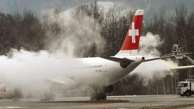 Flugzeug wird enteist.