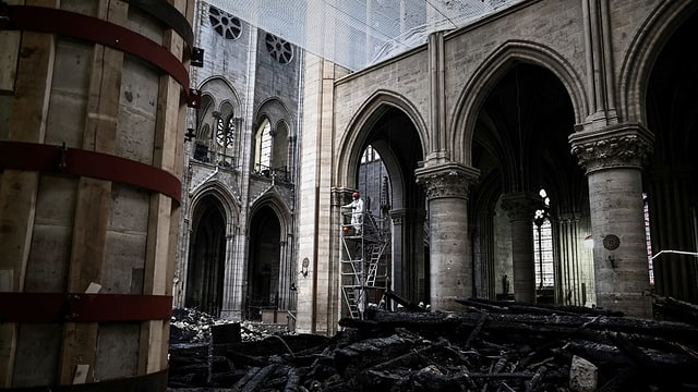 Purtret da la Notre-Dame dad endadens. Il tetg è crudà ensemen e las restanzas giaschan sin il plantschieu.