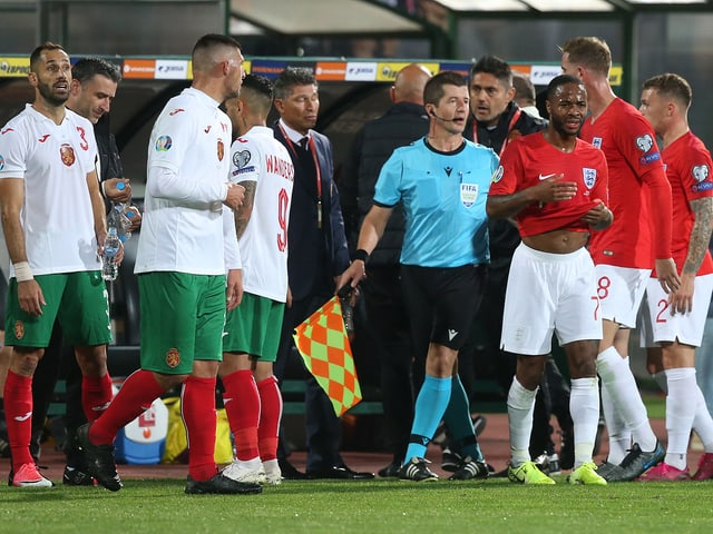 den Bulgaren rassistisches Verhalten vorgeworfen, zudem das Werfen von Gegenständen und das Stören der Nationalhymne. Der Verband muss außerdem erklären, warum entgegen der Sicherheitsregeln der UEFA Wiederholungen auf der Stadionleinwand gezeigt wurden.