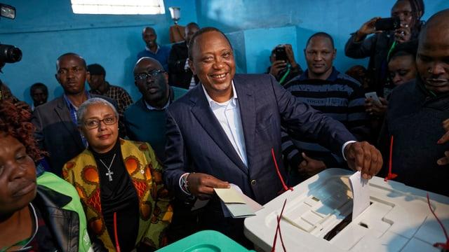 Kenias Amtsinhaber Kenyatta gibt seinen Wahlzettel ab.