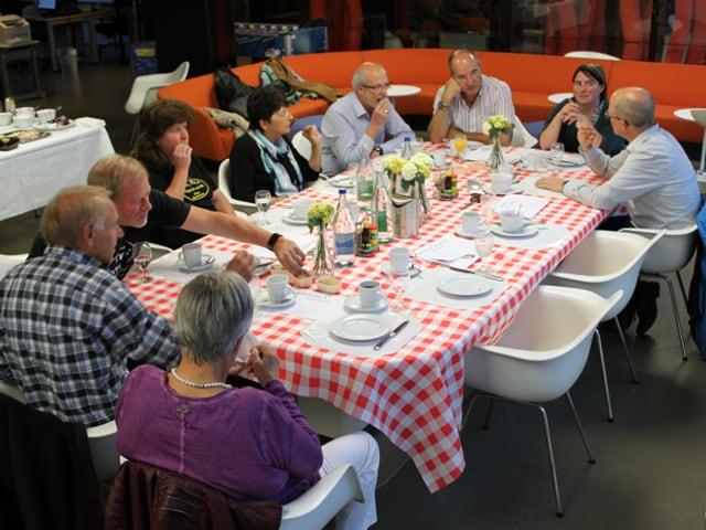 Gäste am Frühstückstisch.