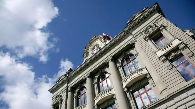 Das Hauptgebäude der Universität Bern, darüber schweben weisse Wolken