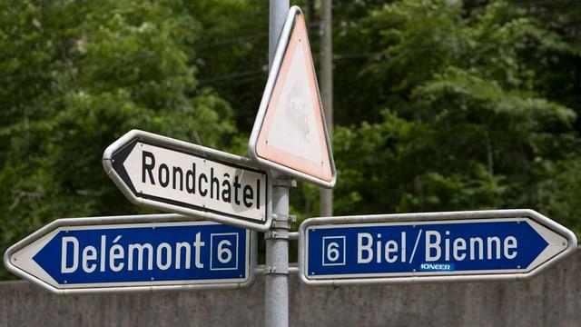 Ein Wegweiser nach Delémont und nach Biel.