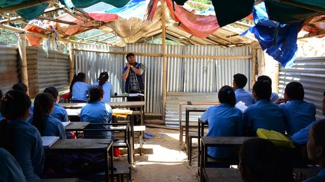 Schüler in der provisorischen Schule, von hinten fotografiert.