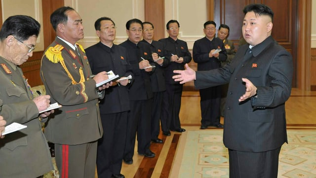 Kim Jong Un mit Mitarbeitern.