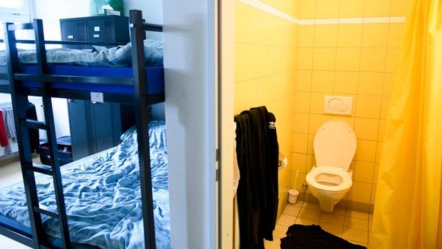 Etagenbett und WC
