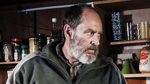 Mann mit weissem Bart in einer grüenen Fliesjacke