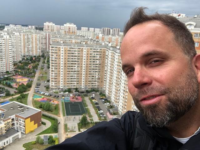 David Nauer auf dem Dach eines Wohnblocks in Moskovy
