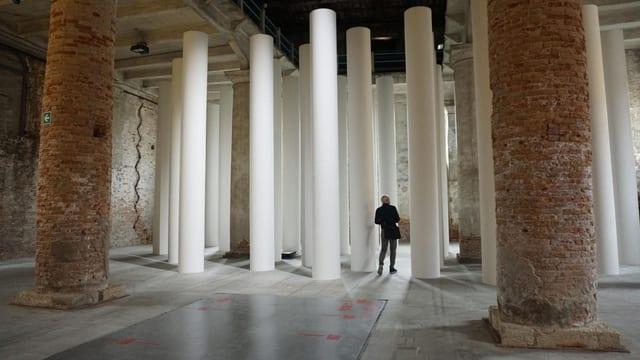 Ein grosser Raum mit zwei grossen gemauerten Säulen, dahinter viele weisse kleinere Säulen.