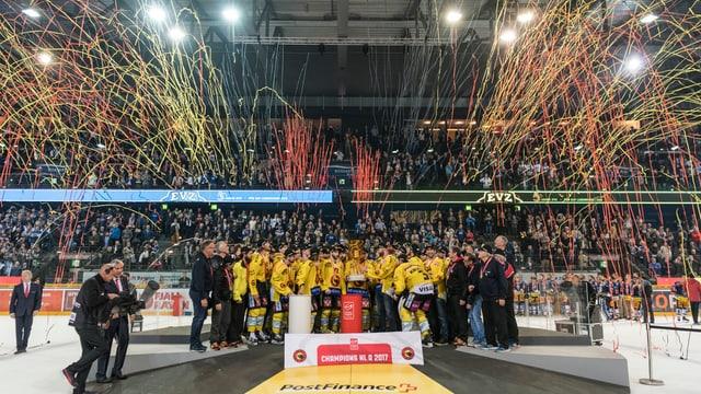 Eishockeyspieler feiern Meistertitel.