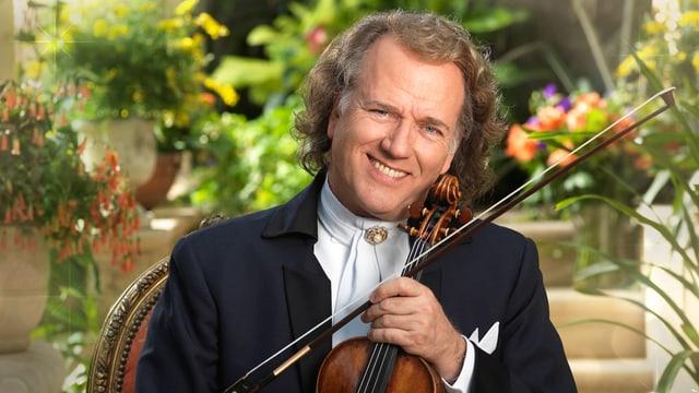 André Rieu in einem Wintergarten mit Violine.