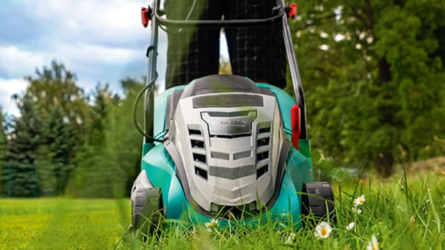 Akku-Rasenmäher bei der Arbeit.