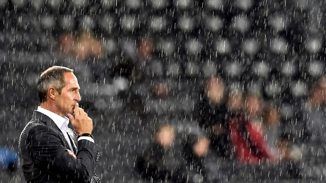 Adi Hütter steht im Regen.