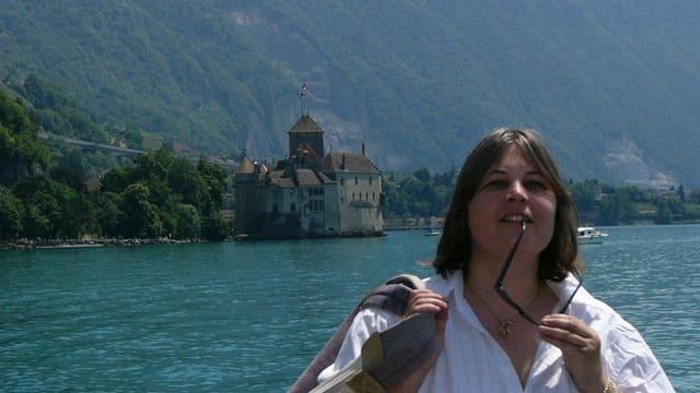 Frau vor See und Schloss