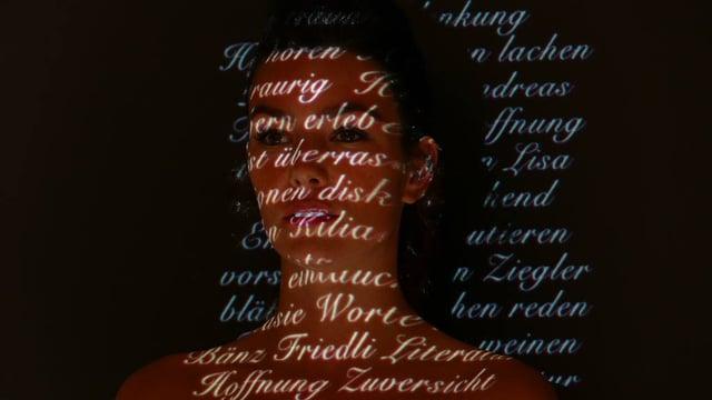 Frau mit projizierter Schrift auf dem Kopf.