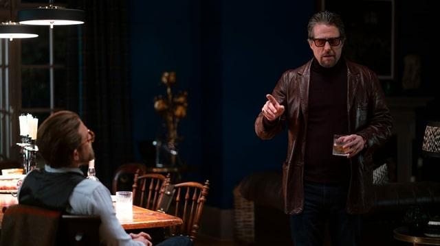 Fletcher unterhält sich mit Raymond in dessen Haus.