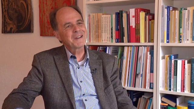 Mann im Interview.