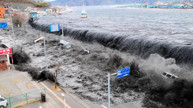 Tsunami nach Erdbeben der Stärke 8,9 in Miyako