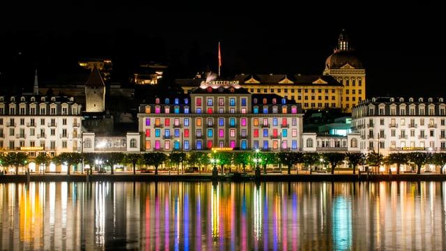 Blick auf die farbige Hotelfassade