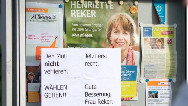 Glaskasten mit Wahlplakat von Henriette Reker und dem Aufruf, wählen zu gehen